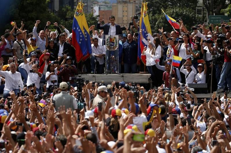 Lãnh đạo đối lập, Chủ tịch Quốc hội Venezuela Juan Guiado phát biểu trước người ủng hộ ở thủ đô Caracas ngày 23-1, tuyên bố mình là tổng thống lâm thời của Venezuela. Ảnh: AP