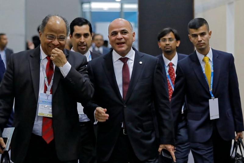 Bộ trưởng Dầu mỏ Venezuela Manuel Quevedo (giữa) tại Ấn Độ ngày 11-2 để thuyết phục Ấn Độ mua thêm dầu. Ảnh: REUTERS