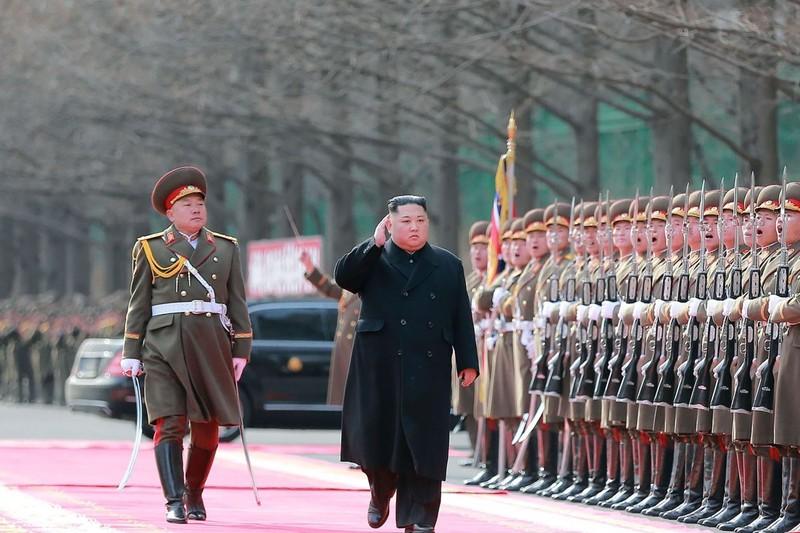 Lãnh đạo Triều Tiên Kim Jong-un (giữa) thăm các lực lượng vũ trang nước này đầu tháng 2, sẽ gặp Tổng thống Mỹ Donald Trump vào tuần sau tại Hà Nội. Ảnh: KCNA