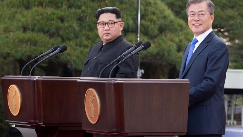 Lãnh đạo Triều Tiên Kim Jong-un (trái) họp báo chung với Tổng thống Hàn Quốc Moon Jae-in (phải) trong kỳ thượng đỉnh liên Triều lần hai ở Bàn Môn Điếm, tháng 9-2018. Ảnh: REUTERS