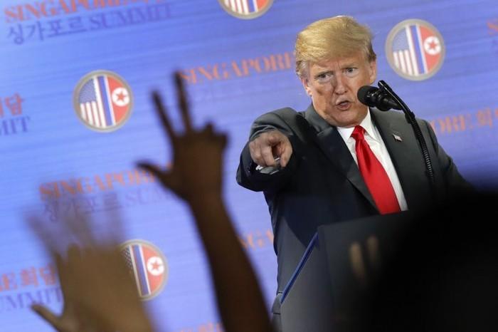 Tổng thống Mỹ Donald Trump họp báo sau cuộc gặp thượng đỉnh lần một với lãnh đạo Triều Tiên Kim Jong-un, tại Singapore ngày 12-6-2018. Ảnh: AP