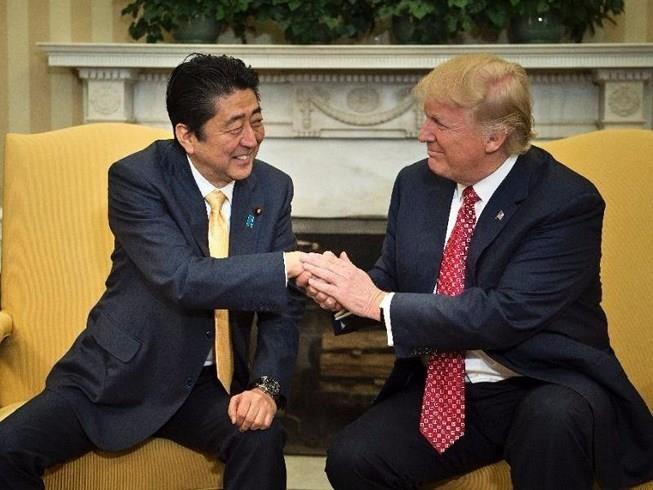 Tổng thống Mỹ Donald Trump (phải) từng hứa sẽ bảo vệ Nhật trong một cuộc gặp Thủ tướng Nhật Shinzo Abe (trái). Ảnh: GT