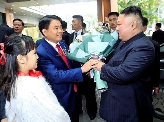Chủ tịch UBND TP Hà Nội Nguyễn Đức Chung đón, tặng hoa chào mừng Chủ tịch Triều Tiên Kim Jong-un, tại khách sạn Melia ở Hà Nội trưa nay. ảnh: TTXVN