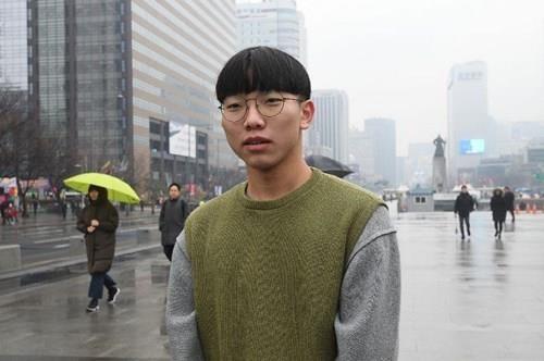 Anh Heo Jae-young 21 tuổi nói không thể quên cảnh Tổng thống Moon bắt tay Chủ tịch Kim và cùng bước qua đường phân giới quân sự. Ảnh: AFP