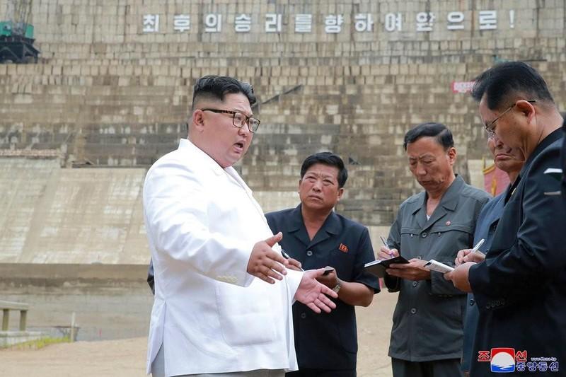 Lãnh đạo Triều Tiên Kim Jong-un (trái) đến quan sát công trình xây dựng một nhà máy điện hạt nhân ở tỉnh North Hamgyong (Triều Tiên). Ảnh: KCNA