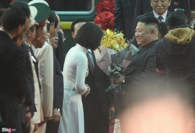 Lãnh đạo Triều Tiên Kim Jong-un được tặng hoa khi vừa bước xuống tàu lửa ở ga Đồng Đăng sáng nay. Ảnh: ZING.VN