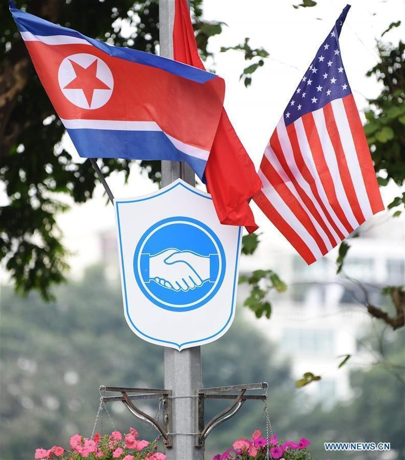 Cờ quốc gia Việt Nam, Triều Tiên, Mỹ tại Hà Nội ngày 25-2. Ảnh: THX