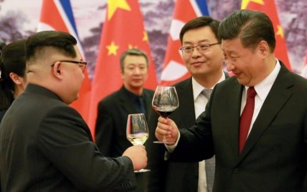 Lãnh đạo Triều Tiên Kim Jong-un (trái) trong một lần sang thăm Trung Quốc và được Chủ tịch Tập Cận Bình (phải) đón tiếp. Ảnh: REUTERS