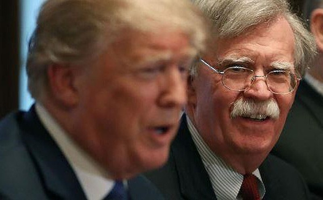 Ông Bolton (phải) được cho cố ảnh hưởng quyết định, chính sách của ông Trump (trái). Ảnh: AFP