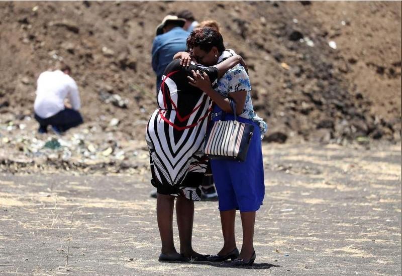 Nhân viên Liên Hiệp Quốc thương tiếc đồng nghiệp tại hiện trường tai nạn chiếc Boeing 737 MAX 8 rơi ở Ethiopia sáng 10-3, trong buổi lễ tưởng niệm 15-3. LHQ có 22 nhân viên thiệt mạng trong chuyến bay này. Ảnh: REUTERS