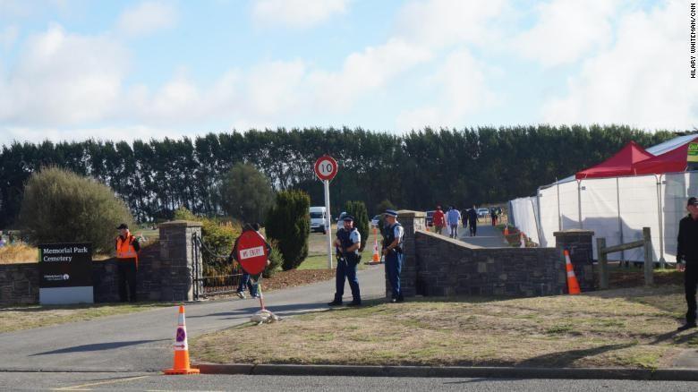Cảnh sát New Zealand bảo vệ lối vào nghĩa trang Memorial Park Cemetery, nơi diễn ra lễ chôn cất một số nạn nhân đầu tiên. Ảnh: CNN