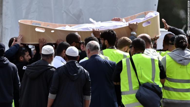 Hàng trăm người đến tiễn đưa hai nạn nhân vụ xả súng – người cha Khaled Mustafa 44 tuổi và con trai Hamza 15 tuổi, ngày 20-3. Ảnh: CNN