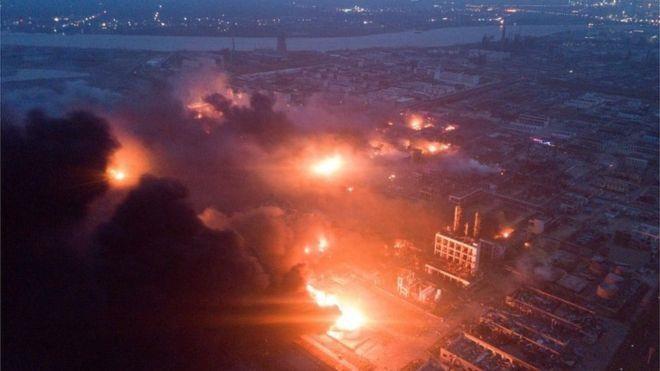 Có đến 8 điểm cháy lớn tại nhà máy, trong đó có 3 thùng hóa chất lớn. Ảnh: REUTERS