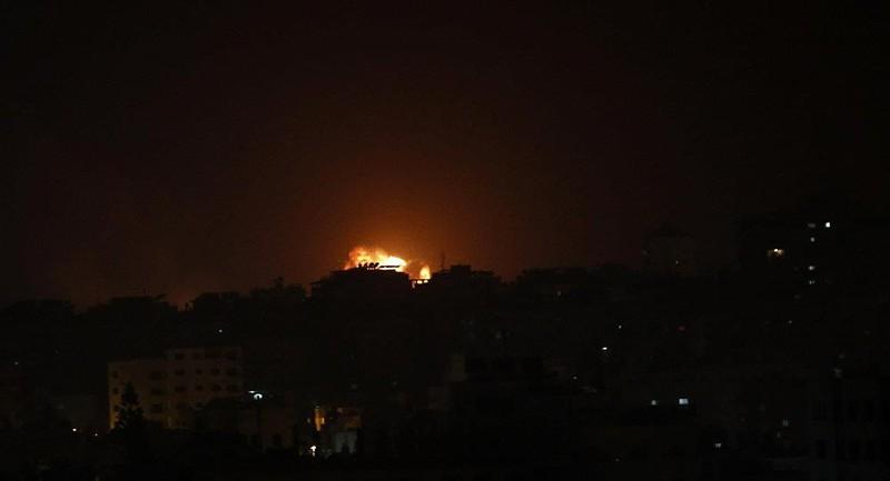 Tên lửa Israel không kích xuống Dải Gaza sáng sớm 15-3. Ảnh: AP