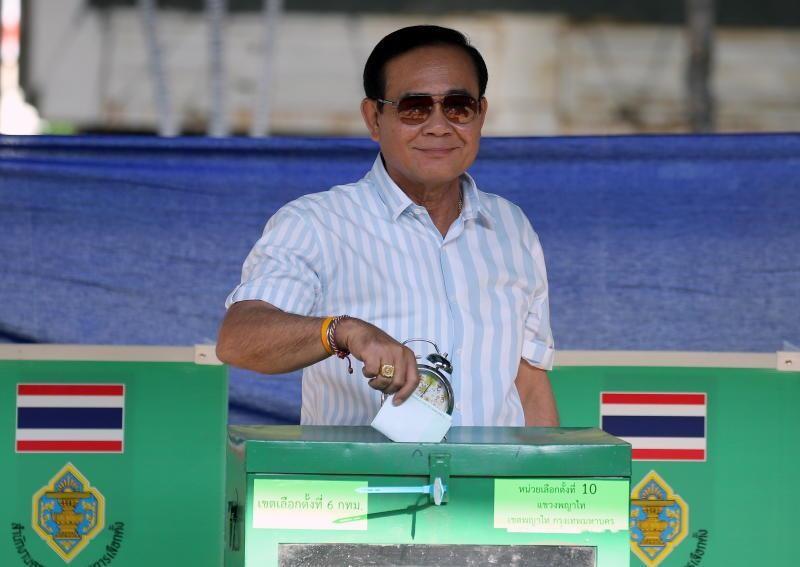 Thủ tướng Prayut Chan-o-cha đi bỏ phiếu ngày 24-3. Ảnh: EPA