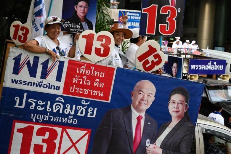 Người ủng hộ đảng Pheu Thai. Các đảng ủng hộ ông Prayut chỉ cần tập trung 126 ghế ở Hạ viện là có thể có được tối thiểu 376 ghế ở lưỡng viện để kiểm soát Quốc hội. Ảnh: EPA