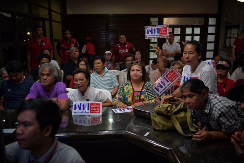 Người ủng hộ đảng Pheu Thai theo dõi kết quả bầu cử tại trụ sở đảng ở Bangkok (Thái Lan) ngày 24-3. Ảnh: ST