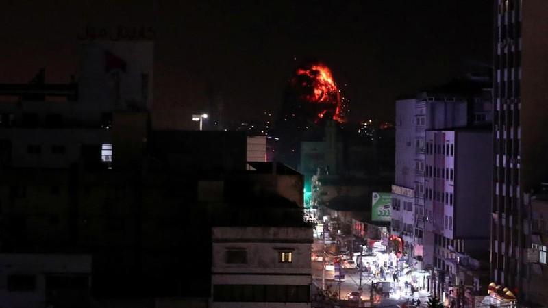 Tên lửa Israel rơi ở Dải Gaza. Ảnh: REUTERS