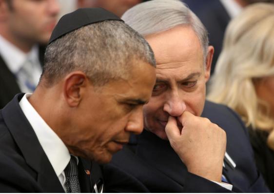 Thủ tướng Israel Benjamin Netanyahu (phải) trao đổi với Tổng thống Mỹ Barack Obama khi ông Obama sang Israel dự lễ tang của cựu Tổng thống Israel Shimon Peres, ngày 30-9-2016. Ảnh: REUTERS