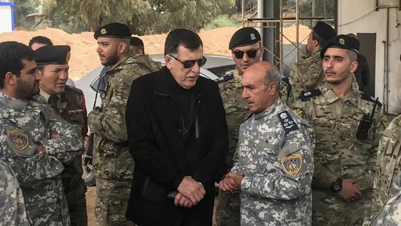 Ông Fayez al-Sarraj,  Thủ tướng chính quyền Tripoli thăm lực lượng vũ trang ủng hộ mình. Ảnh: AFP