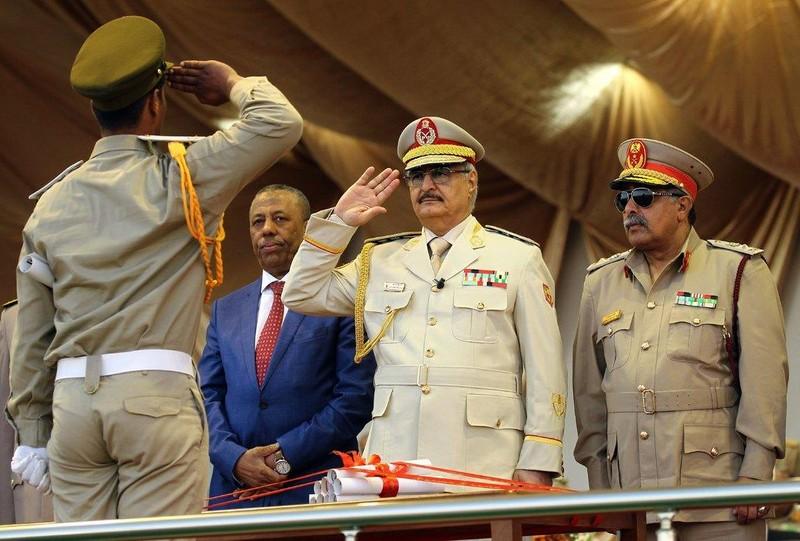 Tướng Khalifa Haftar chào cấp dưới tại một cuộc diễu binh ở Benghazi năm ngoái. Ảnh: AFP