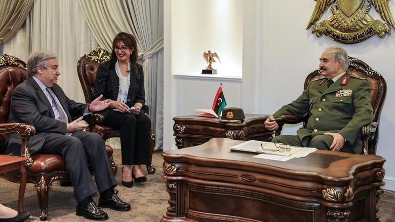 Tướng Haftar (phải) trong cuộc gặp với Tổng Thư ký Liên Hiệp Quốc Antonio Guterres (trái) ở Benghazi (Libya) ngày 5-4 Ảnh: AP