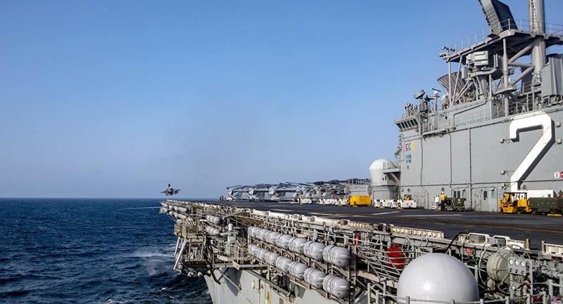 Một chiếc F-35B cất cánh từ tàu đổ bộ tấn công USS Wasp. Ảnh: AP