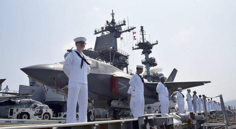 Thủy thủ trên tàu đổ bộ tấn công USS Wasp đến vịnh Subic ở Philippines chuẩn bị cho cuộc tập trận Balikatan. Ảnh: US NAVY