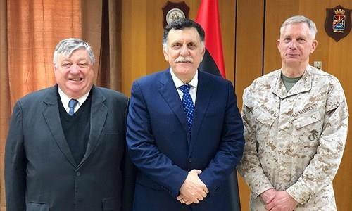 Tướng Thủy quân lục chiến, Tư lệnh AFRICOM Thomas Waldhauser (phải) và Đại sứ Mỹ tại Libya Peter Bodde (trái) trong một lần gặp Thủ tướng Libya Fayez al-Sarraj (giữa). Ảnh: ĐẠI SỨ QUÁN MỸ TẠI LIBYA
