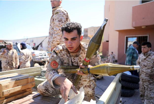 Lực lượng ủng hộ GNA tại TP Misrata chuẩn bị vũ khí di chuyển về bảo vệ thủ đô Tripoli ngày 8-4. Ảnh: REUTERS