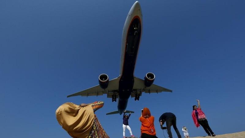 Chụp ảnh 'tự sướng' với máy bay đang hạ cánh có thể bị tử hình - ảnh 1