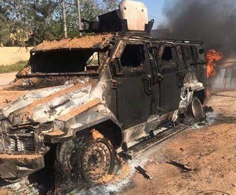 Một chiếc xe quân sự phe LNA của Tướng Haftar trúng không kích của phe chính quyền Tripoli gần khu vực sân bay quốc tế Tripoli. Ảnh: REUTERS