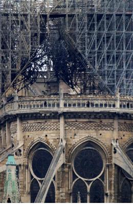 Hình ảnh nhà thờ hư hại nặng, ông Macron hứa sửa trong 5 năm - ảnh 13