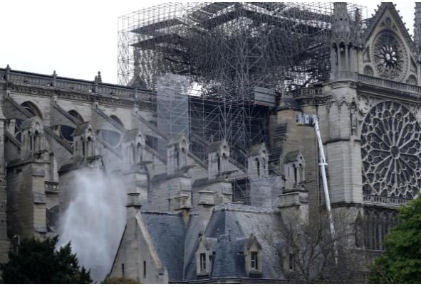 Hình ảnh nhà thờ hư hại nặng, ông Macron hứa sửa trong 5 năm - ảnh 15