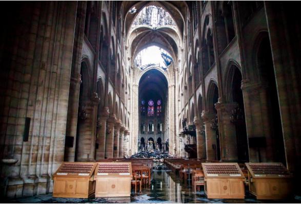 Hình ảnh nhà thờ hư hại nặng, ông Macron hứa sửa trong 5 năm - ảnh 2