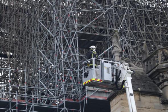 Hình ảnh nhà thờ hư hại nặng, ông Macron hứa sửa trong 5 năm - ảnh 7