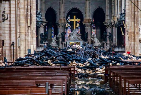 Khung cảnh bên trong Nhà thờ Đức Bà Paris sau vụ cháy chiều 15-4. Ảnh: REUTERS chụp ngày 16-4