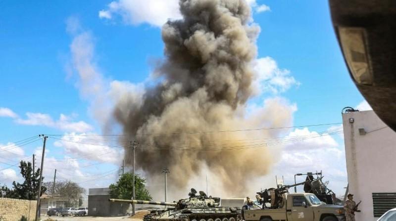 Khói bốc lên từ không kích ở Tripoli. Ảnh: AFP