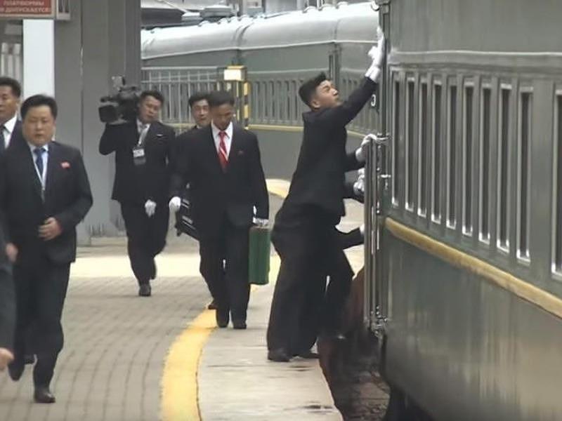 Các vệ sĩ lau chùi cửa tàu nơi ông Kim chuẩn bị bước ra, tại nhà ga TP Vladivostok ở vùng Viễn Đông (Nga) ngày 24-4. Ảnh: RT