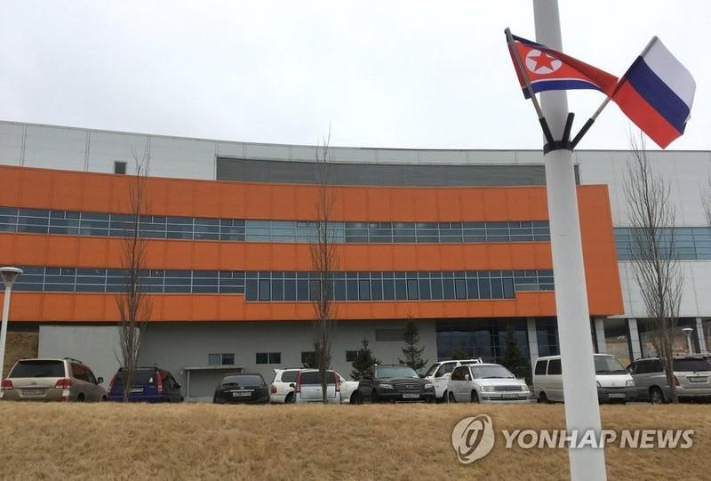 Trường đại học Liên bang Viễn Đông ở TP Vladivostok (Nga) – nơi dự kiến sẽ diễn ra cuộc gặp Kim-Putin. Cờ Triều Tiên và cờ Nga được treo trên cột cờ ngày 23-4. Ảnh: YONHAP