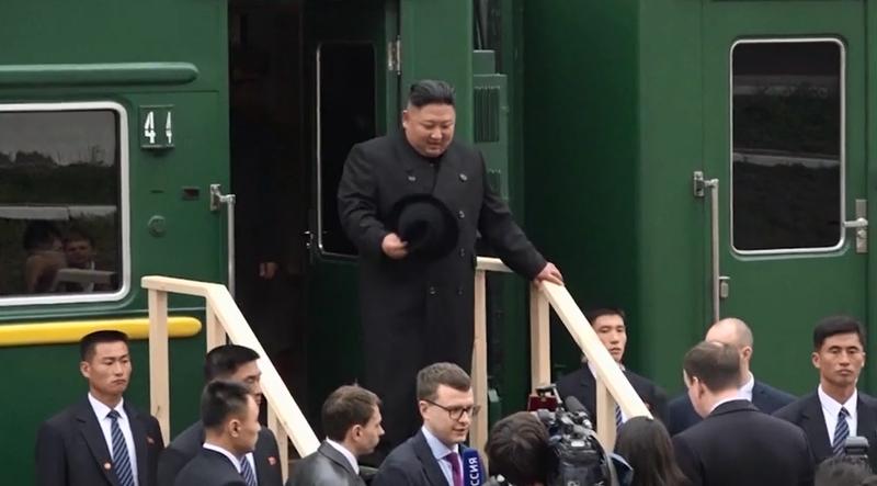 Ông Kim bước xuống tàu tại tại nhà ga TP Vladivostok ở vùng Viễn Đông (Nga) ngày 24-4. Ảnh: RUPLY