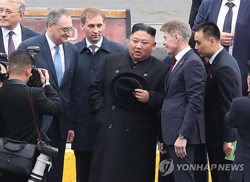 Lãnh đạo Triều Tiên Kim Jong-un (thứ ba từ phải sang) trao đổi với các quan chức Nga khi đến TP Vladivostok ở vùng Viễn Đông (Nga) ngày 24-4. Ảnh: YONHAP