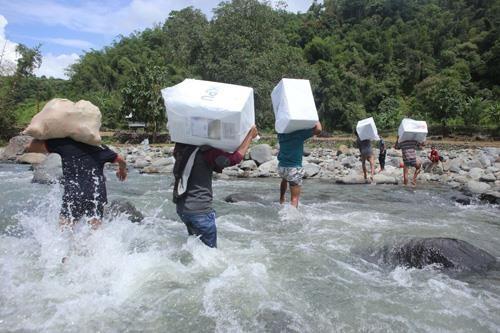 Nhân viên bầu cử di chuyển các thùng phiếu chuẩn bị cho cuộc bầu cử tổng thống và lập pháp tại làng Bonto Matinggi, tỉnh Nam Sulawesi (Indonesia) ngày 16-4. Ảnh: AFP