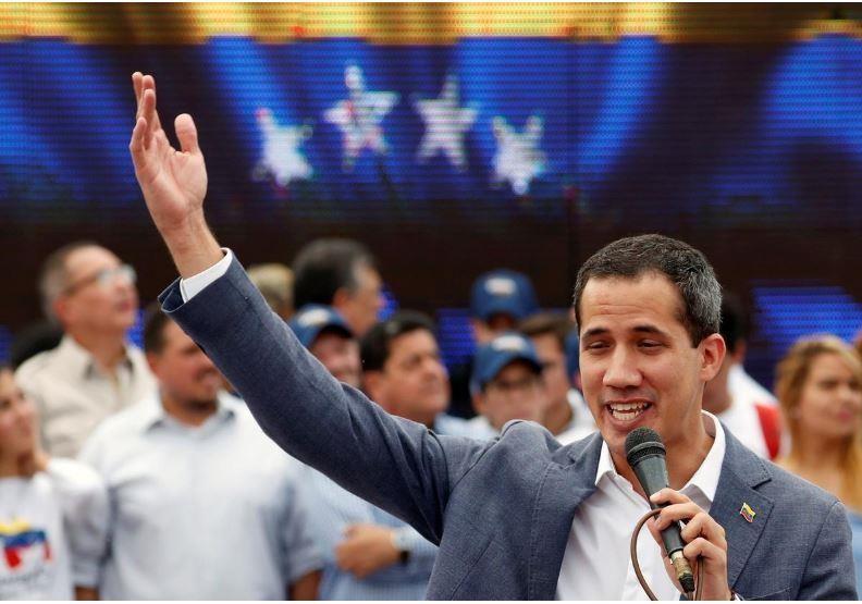 Lãnh đạo đối lập Juan Guaido – người được hầu hết các nước phương Tây công nhận là tổng thống lâm thời của Venezuela – phát biểu trong buổi lễ nhậm chức tổng thống lâm thời Venezuela trước người ủng hộ ở thủ đô Caracas (Venezuela) ngày 27-4. Ảnh: REUTERS