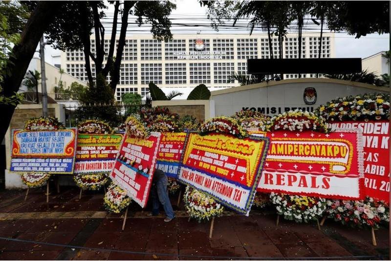 Vòng hoa tưởng nhớ các nhân viên bầu cử qua đời vì kiệt sức do làm việc được đặt bên ngoài trụ sở Ủy ban Bầu cử Indonesia ở thủ đô Jakarta (Indonesia). Ảnh: REUTERS