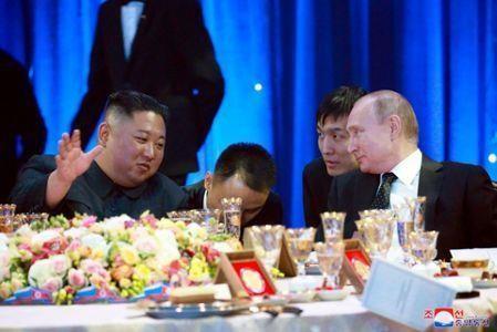 Tổng thống Nga Vladimir Putin (phải) tiếp đón long trọng lãnh đạo Triều Tiên Kim Jong-un ở TP  Vladivostok thuộc vùng Viễn Đông (Nga) ngày 25-4. Ảnh: KCNA