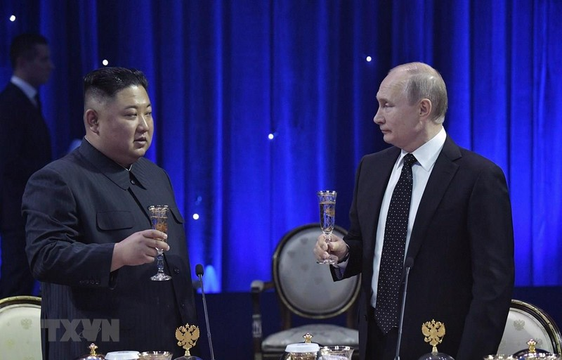 Tổng thống Nga Vladimir Putin (phải) và lãnh đạo Triều Tiên Kim Jong-un trong bữa tiệc chiêu đãi sau hội đàm tại trường Đại học Liên bang Viễn Đông ở đảo Rusky thuộc TP  Vladivostok ở vùng Viễn Đông (Nga) ngày 25-4. Ảnh: AFP