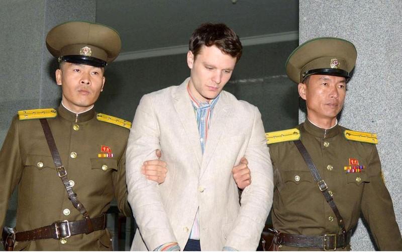 Sinh viên Otto Wamrbier bị hộ tống đến tòa án ở Bình Nhưỡng (Triều Tiên). Ảnh: KYODO công bố ngày 16-3-2016