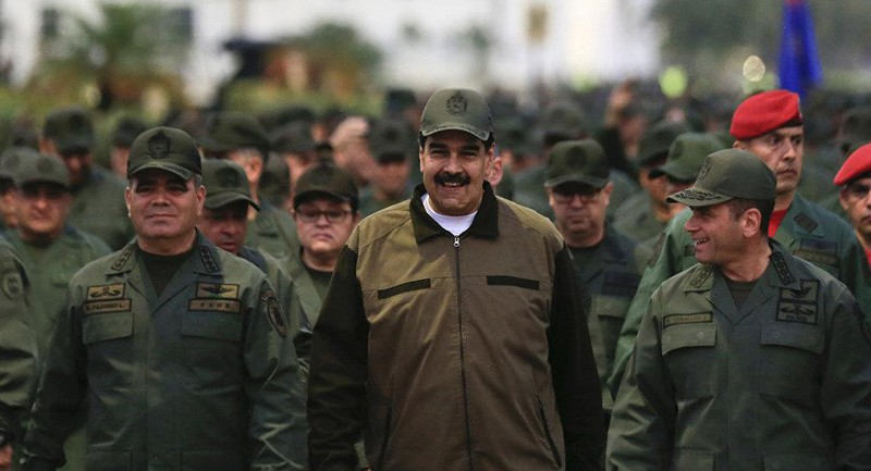 Ông Maduro (giữa) vẫn được sử ủng hộ rất lớn từ quân đội. Ảnh: AP