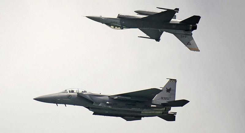 Máy bay chiến đấu F-15 của Không quân Singapore vừa được triển khai hộ tống một máy bay chở khách có báo động bị cài bom. Ảnh: AP